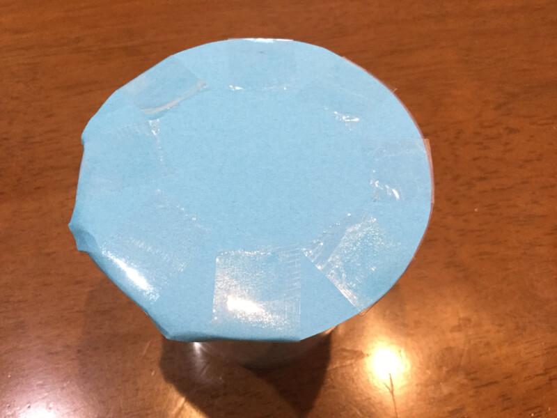 夏の製作でプリンカップに画用紙で蓋をしている写真
