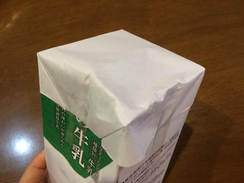 ハロウィンの製作で牛乳パックに半紙を貼り付けた写真