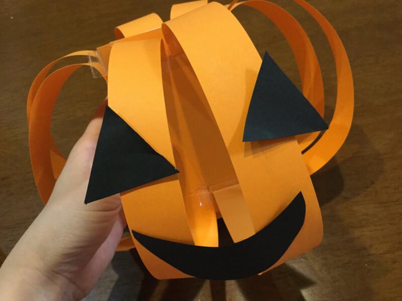 ハロウィンの製作でかぼちゃの顔を貼り付けた写真