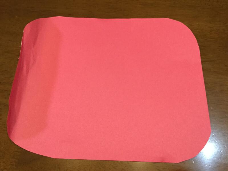 ハロウィンの製作でリボンを作る画用紙を切り取った写真