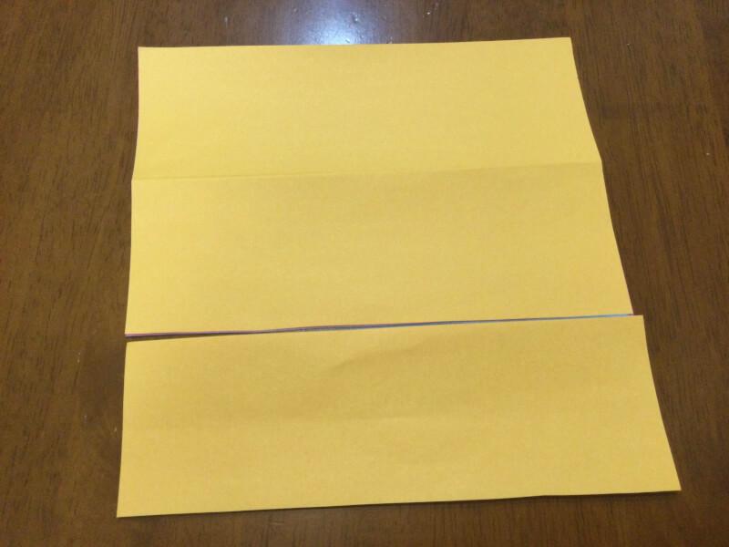 卒園のプレゼントの製作で折り紙を切っている写真