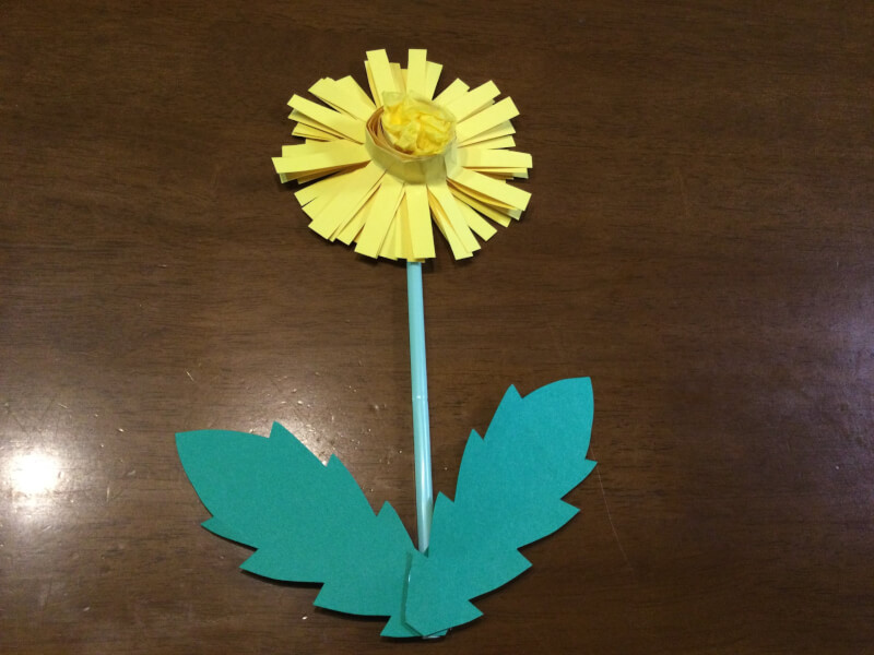 春の製作でたんぽぽに茎と葉っぱをつけている写真