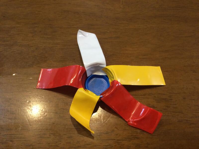 水遊び製作で全体的にビニールテープを貼り付けている写真
